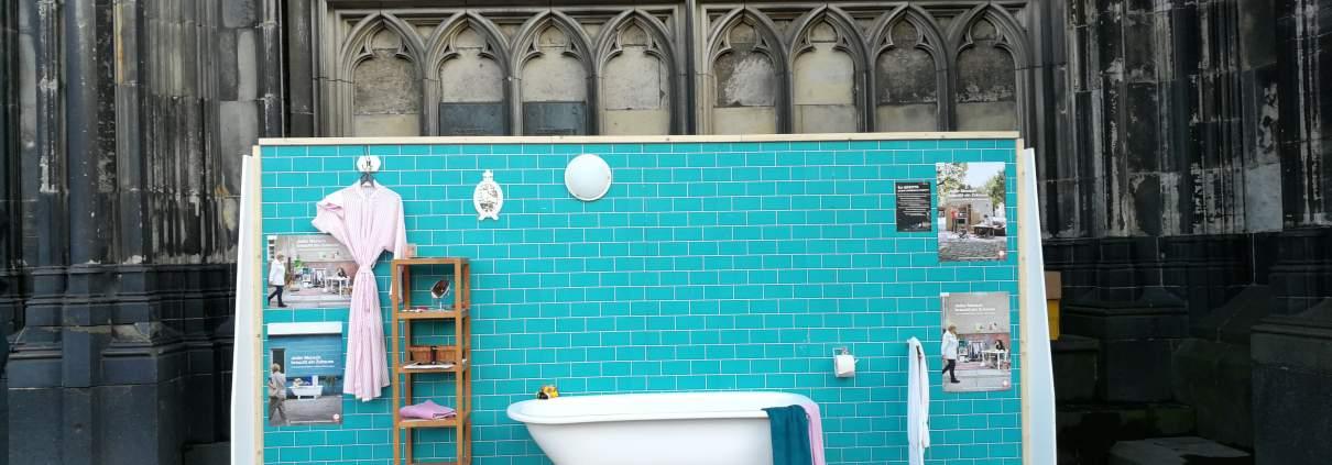 Das Bild zeigt ein Badezimmer, welches auf der Domplatte in Köln im öffentlichen Raum aufgestellt ist.